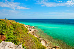 Путь в утесах приближает к карибскому морю Стоковые Фотографии RF