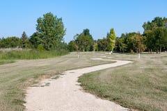 Путь гравия замотки через зеленый Parkland прерии Стоковое Фото