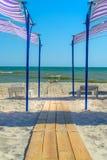 Путь деревянных планок на пляже идет к морю Стоковое фото RF