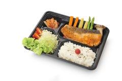 Путь изолированный и клиппирование комплекта salmon стейка в комплекте коробки бенто стоковое фото
