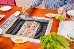 Путь Кореи традиционный еды зажаренного блюда в корейской кухне Мясу служат сырцовое, тогда сварено на гриле столешницы конец вве стоковая фотография rf