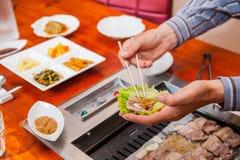 Путь Кореи традиционный еды зажаренного блюда в корейской кухне Мясу служат сырцовое, тогда сварено на гриле столешницы конец вве стоковые фотографии rf