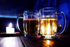 путь 2 кружек пива закрепляя включенный Стоковое Изображение