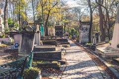 Путь кладбища Pere-Lachaise крошечный между усыпальницами Стоковая Фотография RF