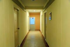 Путь к двери пожарного выхода в гостинице Стоковая Фотография