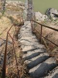 Путь к вися мосту над рекой стоковое фото rf