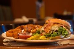 путь клиппирования cheeseburger бекона изолированный изображением Стоковая Фотография