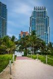 Путь к пляжу и highrises в южном пляже, Майами, Флориде Стоковые Изображения