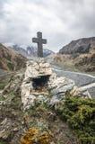 Путь к старому средневековому памятнику в горах Кавказа Христианский крест в touristic месте Стоковые Изображения RF