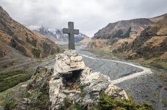 Путь к старому средневековому памятнику в горах Кавказа Христианский крест в touristic месте Стоковая Фотография RF