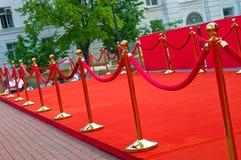 Путь к успеху на красном ковре (веревочка барьера) Стоковое фото RF