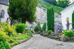 Путь между luxuriant садами кладбища и могилами и St Peter Стоковая Фотография RF