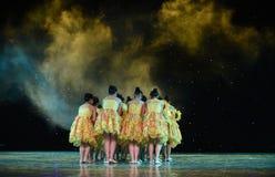Путь народный танец соотечественника девушки- бутон-солнцецвета Стоковая Фотография RF
