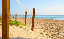 Путь на песке идя к океану в Miami Beach стоковое фото rf