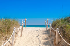 Путь на песке идя к океану в Miami Beach стоковое изображение