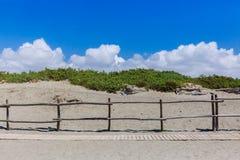 Путь на песчаном пляже под голубым небом стоковое фото