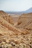 Путь на пещерах Qumran в национальном парке Qumran, где перечени мертвого моря были найдены, поход пустыни Judean, Израиль стоковое фото rf