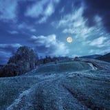 Путь на луге горного склона в горе на ноче Стоковые Изображения