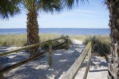 Путь песчаного пляжа стоковые изображения