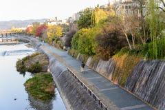 путь прогулки около городка реки старого города Киото вдоль реки Kamo/ Стоковые Фото