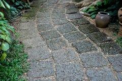 Путь прогулки сделанный от красного пористого камня в gardent Стоковые Изображения RF