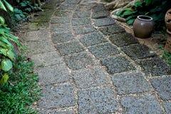 Путь прогулки сделанный от красного пористого камня в gardent Стоковые Изображения