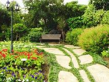 Путь пути в саде с предпосылкой зеленой травы; Стоковое Изображение