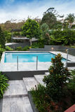 Путь плитки пола через сад к бассейну Стоковая Фотография RF
