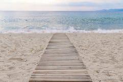 Путь пляжа деревянные и предпосылка моря Стоковые Изображения RF