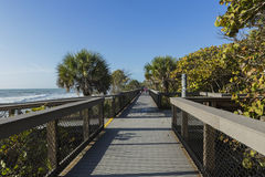 путь пляжа к деревянному Стоковые Фотографии RF