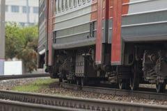 Путь рельса - натренируйте колеса пассажирского поезда Стоковые Изображения RF