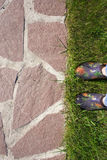путь сада естественных камня, лужайки и ног в резиновых калошах Стоковое фото RF