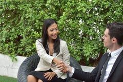 путь сотрудничества клиппирования дела включенный Молодые бизнесмены трясут руки когда новости хороши Стоковое фото RF