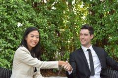 путь сотрудничества клиппирования дела включенный Молодые бизнесмены трясут руки когда новости хороши Стоковые Изображения RF