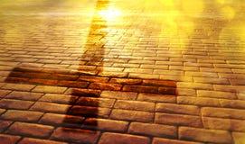 Путь спасения с тенью креста на слябах стоковые фотографии rf