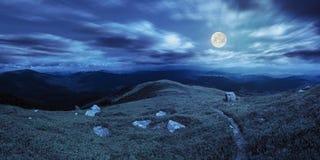 Путь среди камней на верхней части горы на ноче Стоковое Изображение RF