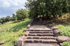 Путь с шагами в руины старого Еврейского урегулирования Umm el Kanatir - будьте матерью сводов на Голанских высотах Стоковые Фотографии RF