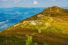 Путь через верхнюю часть гребня горы Стоковые Фото