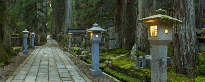 Путь через кладбище Koyasan Okunoin, Японию Стоковые Изображения RF