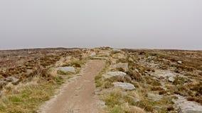 Путь через туманные горы Ticknock с вереском стоковая фотография