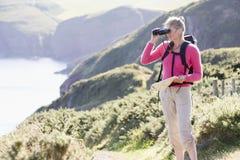путь cliffside биноклей используя женщину Стоковые Фото