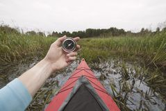 Путь Kayaker потерянные и компас держать Стоковое Фото