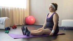 Пухлая мотивированная девушка делая спорт работает для быть здорова и уменьшает, разминка стоковые фотографии rf