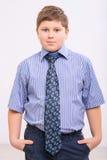 Пухлый мальчик стоит с руками в карманн Стоковая Фотография RF