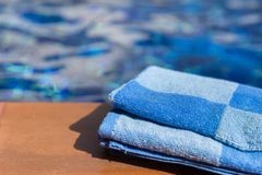 Пушистое голубое полотенце на границе бассейна Стоковая Фотография RF