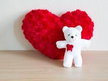 Пушистое красное сердце и счастливый белый плюшевый медвежонок для влюбленности Стоковые Фотографии RF