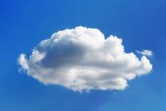 Пушистое пухлое белое облако на голубом небе Стоковые Фото
