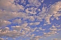 Пушистые драматические облака стоковые изображения