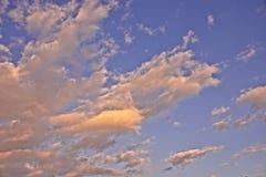 Пушистые драматические облака стоковое изображение rf