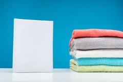 Пушистые красочные полотенца и тензид на белой доске Стоковые Изображения
